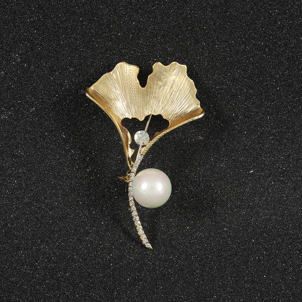 Fashion Leaf Pearl Brooch