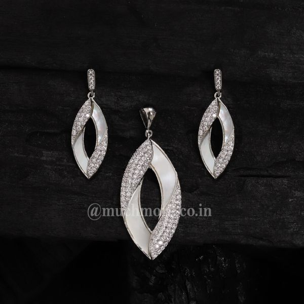 Artificial Diamonds Party Ad Chain Pendant Set Mother Of Pearl Pendant